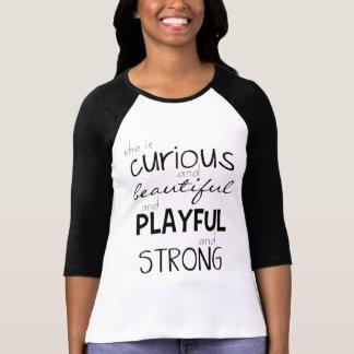 Camiseta Capacitación de la mujer ella es potente fuerte