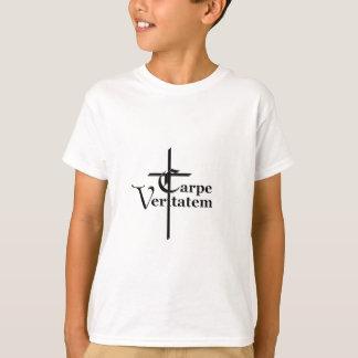 Camiseta Carpe Veritatem con la cruz