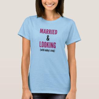 Camiseta Casado y mirando (con la ayuda del marido) la