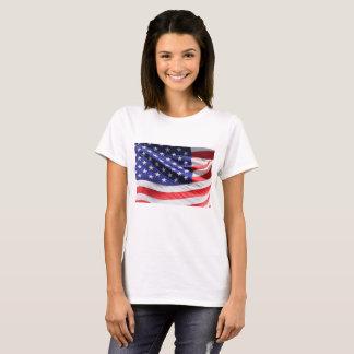 Camiseta Ciérrese encima de bandera americana