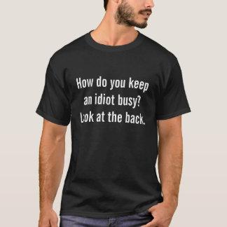 Camiseta ¿Cómo usted mantiene a un idiota ocupado?