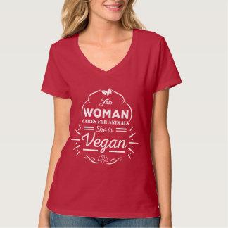 Camiseta con cuello de pico diseñada para los