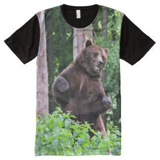 Camiseta Con Estampado Integral Oso grizzly que se coloca alto en las maderas