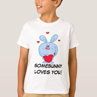 Camiseta Conejito de pascua azul que lleva a cabo el