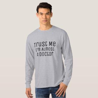 Camiseta confíe en que yo casi es un retruécano médico del