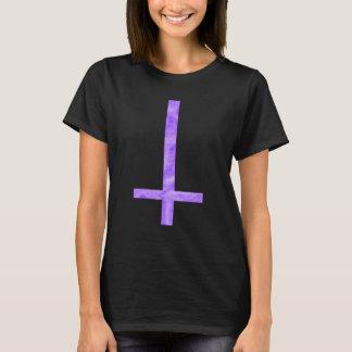 Camiseta cruzada satánica púrpura del símbolo