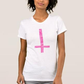 Camiseta cruzada satánica rosada del símbolo