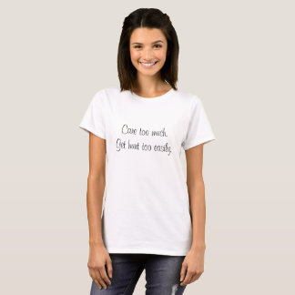 """Camiseta """"Cuidado demasiado. Consiga fuente negra del daño"""