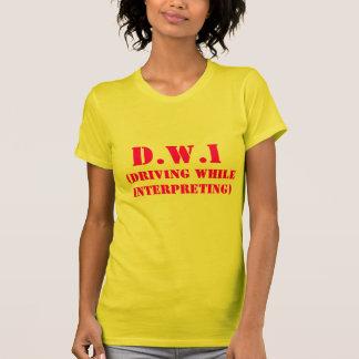Camiseta D.W.I, (conduciendo mientras que interpreta)