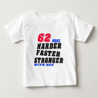 Camiseta De Bebé 62 más fuertes más rápidos más duros con edad