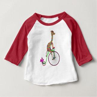 Camiseta De Bebé Arco iris que monta en bicicleta por los Happy