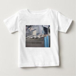 Camiseta De Bebé Asando a la parrilla pescados al aire libre con el