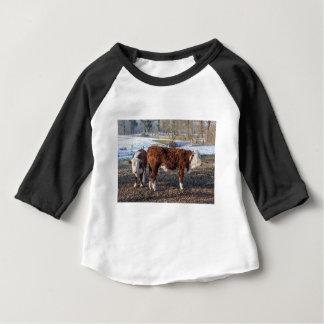Camiseta De Bebé Becerros de Hereford en prado del invierno con