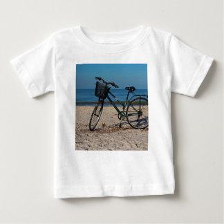 Camiseta De Bebé Bici en la playa descalza II