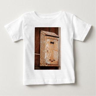 Camiseta De Bebé Buzón oxidado al aire libre