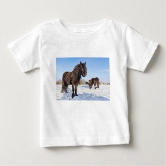 Camiseta De Bebé Caballos negros del frisian en nieve del invierno