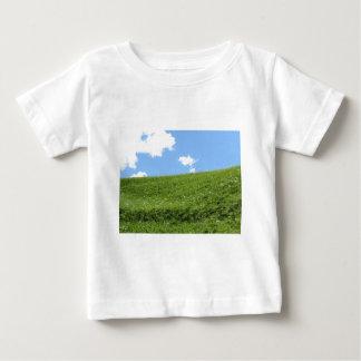 Camiseta De Bebé Campo herboso en la colina del balanceo contra el