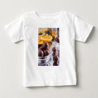 Camiseta De Bebé Caramelos de chocolate en un pequeño primer del