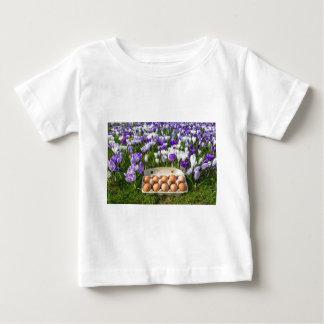 Camiseta De Bebé Cartón de huevos con los huevos del pollo en