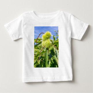Camiseta De Bebé Cáscaras del verde y hojas del árbol de castaña