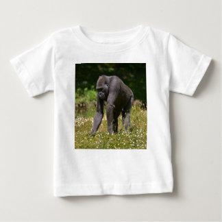 Camiseta De Bebé Chimpancé en la hierba floreciente