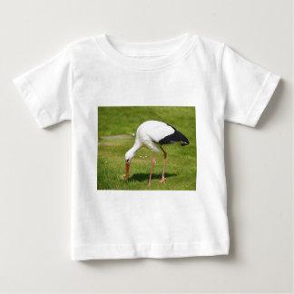 Camiseta De Bebé Cigüeña blanca en hierba