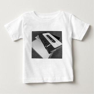 Camiseta De Bebé Cinta de casete audio del vintage en la tabla de