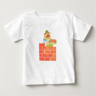 Camiseta De Bebé Constructor que pone una pared de ladrillo en