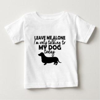 Camiseta De Bebé déjeme solo, yo están hablando con mi perro hoy