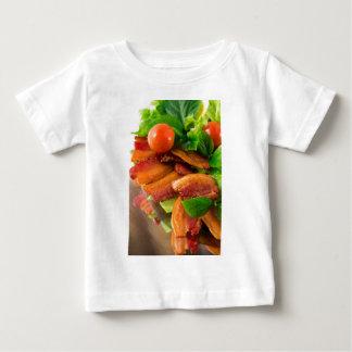 Camiseta De Bebé Detalle de una placa del tomate frito del tocino y