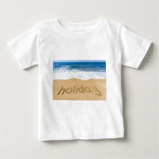 Camiseta De Bebé Día de fiesta de la palabra escrito en arena en la