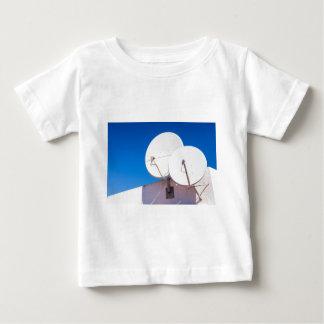 Camiseta De Bebé Dos antenas parabólicas blancas en la pared de la