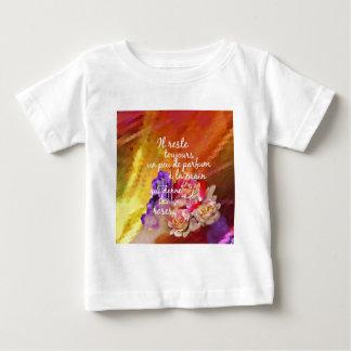 Camiseta De Bebé El olor de los rosas todavía permanece en la mano