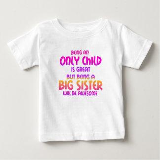 Camiseta De Bebé El ser un hijo único es grande, púrpura