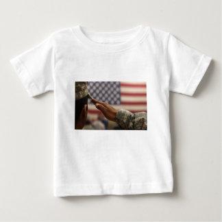 Camiseta De Bebé El soldado saluda la bandera de Estados Unidos
