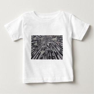 Camiseta De Bebé Entre real y surrealista por Carretero L. Shepard