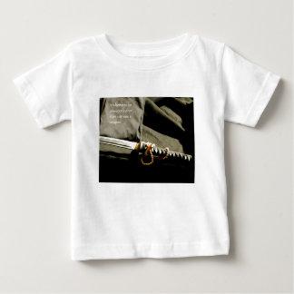 Camiseta De Bebé Es mejor ser un arma bastante que apenas tenga