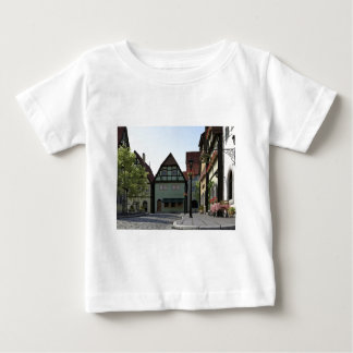 Camiseta De Bebé Escena bávara de la esquina de calle de la ciudad