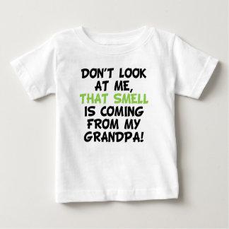 Camiseta De Bebé Ese olor está viniendo de abuelo