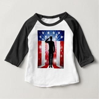 Camiseta De Bebé Fondo patriótico del saludo del soldado de los