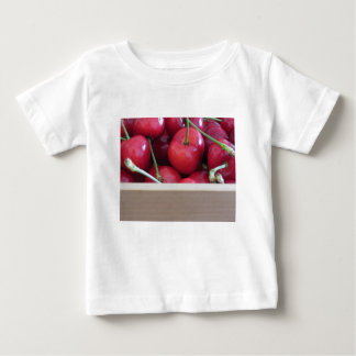 Camiseta De Bebé Frontera de cerezas frescas en fondo de madera