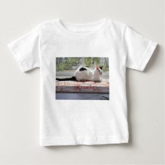 Camiseta De Bebé Gato del gatito que se relaja en una ventana