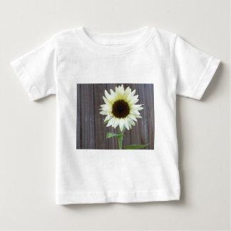 Camiseta De Bebé Girasol blanco contra una cerca resistida