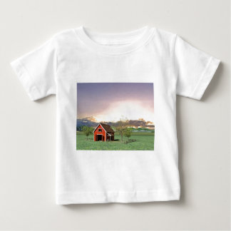 Camiseta De Bebé Granero rojo en la puesta del sol