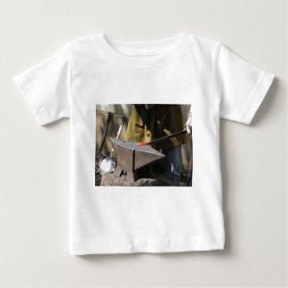 Camiseta De Bebé Herrero que forja manualmente el metal fundido