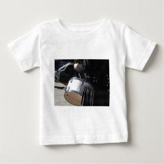 Camiseta De Bebé Hombre con la falda escocesa que juega en los
