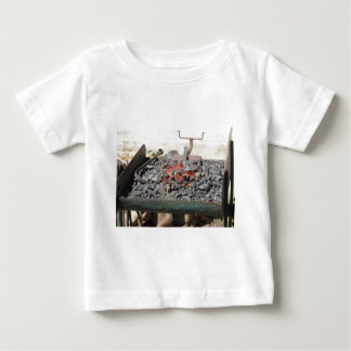 Camiseta De Bebé Horno pasado de moda del herrero. Carbones