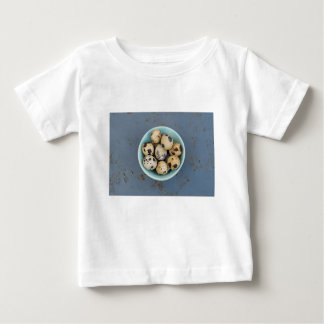 Camiseta De Bebé Huevos de codornices en un cuenco verde