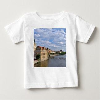 Camiseta De Bebé Lado del río de Praga, república Checo,