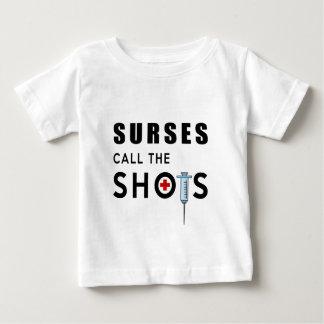 Camiseta De Bebé Las enfermeras llaman los tiros